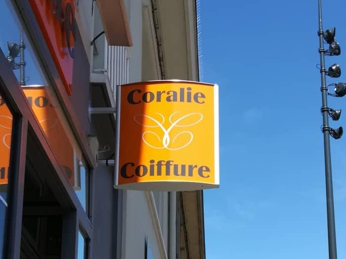 Impact communication réalisation de caisson drapeau pour le salon Coralie Coiffure à Louviers (27)