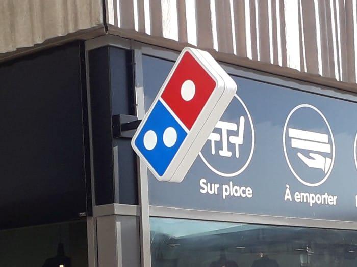 Impact communication réalisation de caisson drapeau pour l'enseigne Domino's Pizza à Mantes la Jolie (78)
