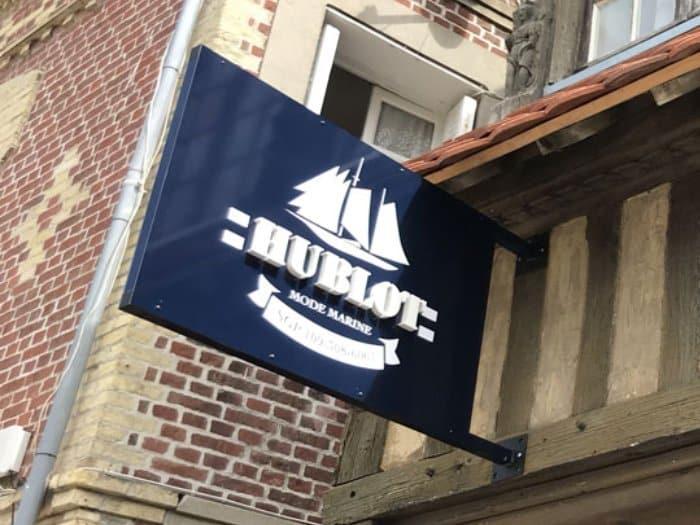 Impact communication réalisation de caisson drapeau pour le magasin Hublot Mode Marine à Etretat (76)