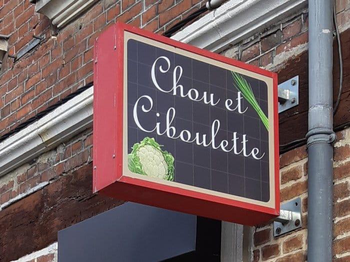 Impact communication réalisation de caisson drapeau pour le magasin Chou et Ciboulette à Brionne (27)