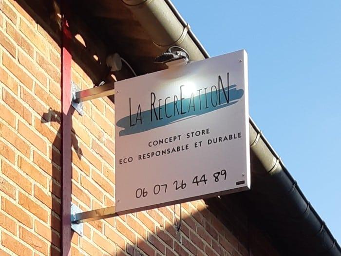 Impact communication réalisation de caisson drapeau pour le magasin La Recréation au Neubourg (27)