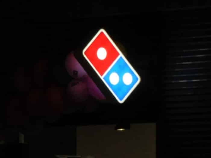 Impact communication réalisation de caisson lumineux pour l'enseigne Domino's Pizza à Mantes la Jolie (78)