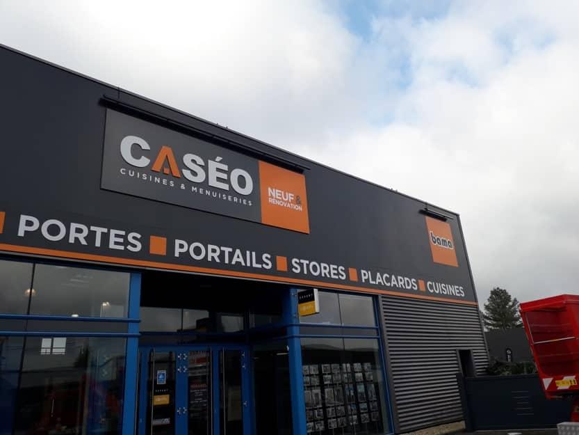 Impact communication fabrication enseigne caséo en Normandie