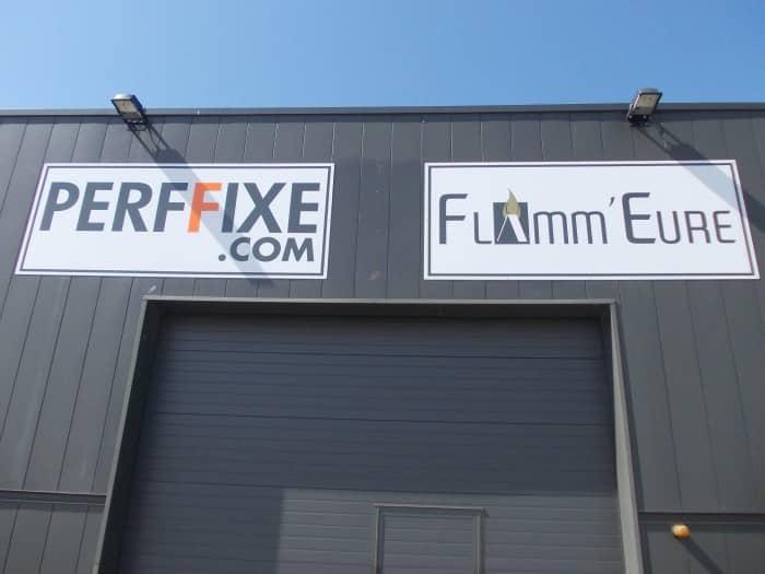 Impact communication réalisation et pose de panneaux enseigne pour Perffixe et Flamm'Eure au Neubourg (27)