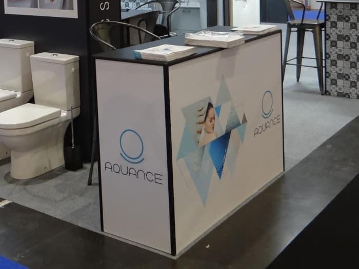 Impact communication réalisation de comptoir d'accueil de stand pour Aquance