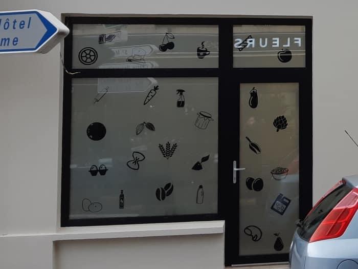 impact communication réalisation de décoration de vitrine avec adhésif dépoli et stickers DAO pour l'épicerie O'naturel à Evreux (27)