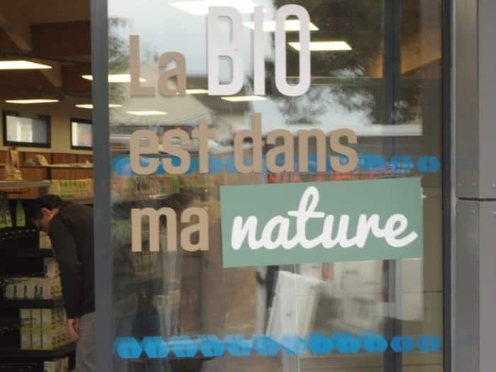 impact communication réalisation de lettrage adhésif pour les portes de magasins La Vie Claire à Saint Leu la Forêt (95)