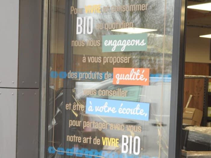 impact communication fabrication de lettrage adhésif pour les portes automatiques La Vie Claire à Saint Leu la Forêt (95)