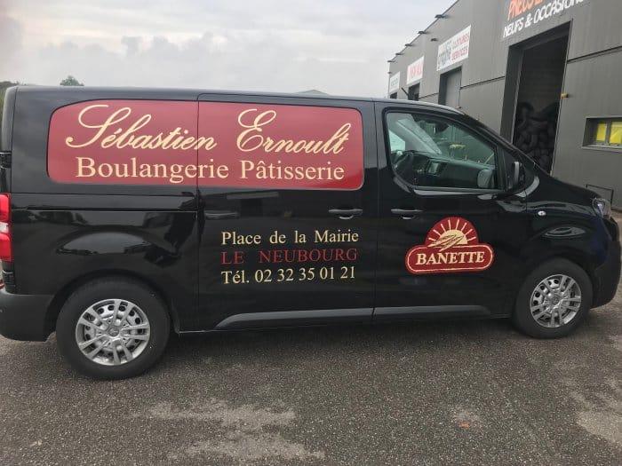 Impact communication réalisation lettrage de véhicule et vitres microperforé pour la boulangerie patiserrie Sébastien Ernoult au Neubourg (27)
