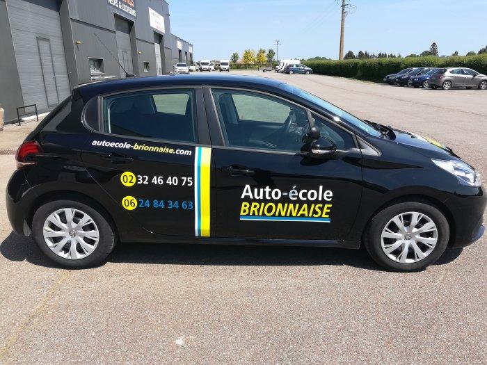 Impact communication réalisation lettrage de véhicule pour l'auto-école brionnaise à Brionne (27)