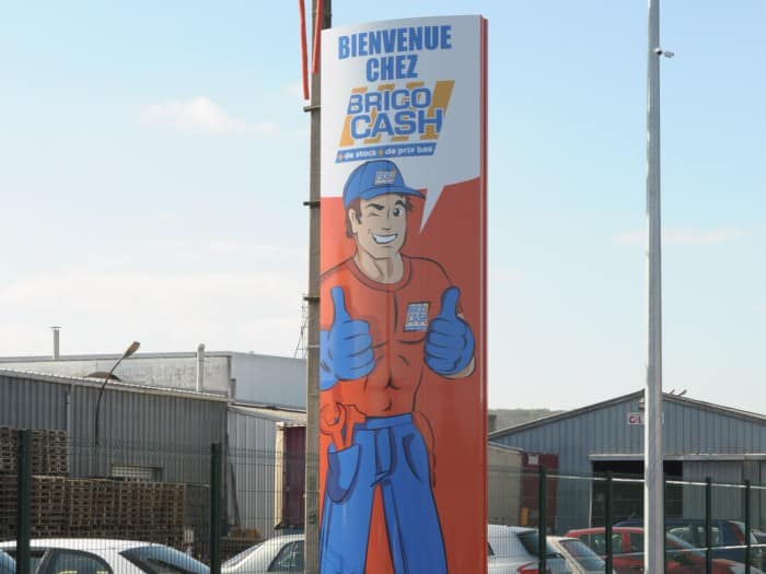 impact communication réalisation de signalétique extérieure totem pour BricoCash à Saint-Marcel (27)