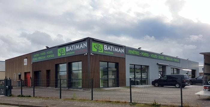 Impact Communication réalisation et pose d'une enseigne magasin Batiman spécialiste dans la vente de cuisines et de menuiseries à Vernon après