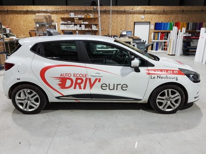 impact communication publicité sur voiture renault clio 4 pour l'auto école DRIV'Eure situé au Neubourg