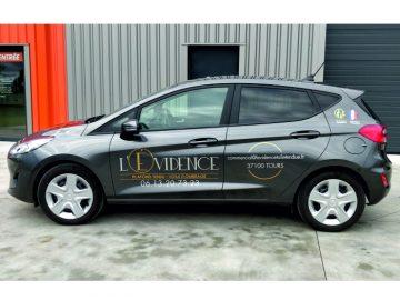 Decoration publicitaire d'un véhicule Ford Fiesta pour L'évidence toile tendu situé au Neubourg dans l'Eure (27)